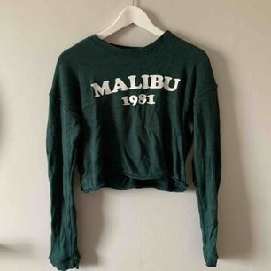 Supermysig tröja från Pull&Bear som säljs då den inte kommer till användning. Den är i gott skick, utöver att den är skrynklig just nu.   Möts upp i Stockholm. Annars skickar jag på posten, frakten är ej inkluderat i priset. 📮☺️