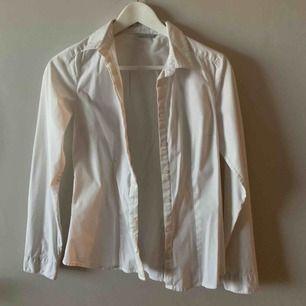 Vit skjorta från h&m. Har ett lite grövre tyg vid kragen. Hittar inte storleken, men skulle gissa på att den är en 34. Den är sparsamt använd och i gott skick.   Möts upp i Stockholm. Men skickar även via posten, frakten är ej inkluderad. 📮