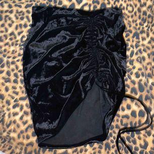 Svart kjol i sammet från H&m använd en gång stl xs