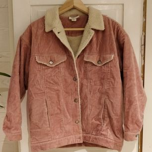 Gammaldags rosa manchesterjacka, oversized I storleken skulle passa M normalt.
