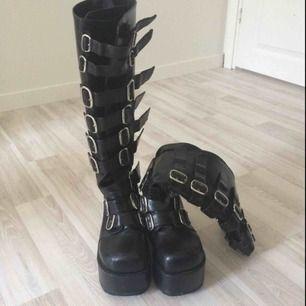 Säljer nu mina snygga Demonia boots då de inte kommer till användning längre.De är i ett använt skick med några skador här och där, men inget som märks när de används. Originalpriset är runt 1000kr.Kan tänka mig att gå ner i priset lite.☺️💗
