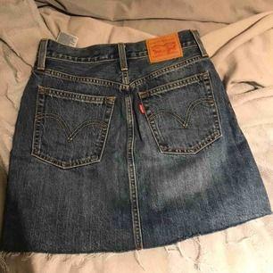 Superfin kjol från Levis! Använd en gång i somras men har nu vuxit ur den så därav säljer jag den. Fraktas för 57kr🥰