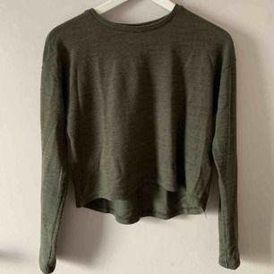 Militärgrön tröja från NewYorker. Har ett nopprigt tyg. Möts upp i Stockholm. Men skickar även på posten, frakten är ej inkluderad. 💚