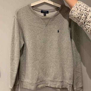 Säljer min Ralph Lauren sweatshirt. Fint skick men kommer knappt till användning. Köparen står för frakt. (65kr) Nypris ca 899kr
