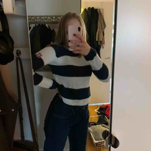 Marinblå och vit tröja från Kappahl. Den är i bra skick, och används inte längre. Möts upp i Stockholm, men skickar även på posten. Frakten är ej inkluderad. 🤍