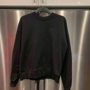 Svart sweatshirt från NAKD storlek S. Fint skick och knappt använd. Nypris 299kr. Frakt 65kr.