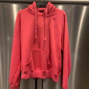 Rosa hoodie (likadan som den svarta) Fint skick. Nypris 249kr. Frakt kostar 65kr