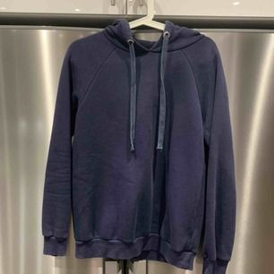 Mörkblå hoodie från Gina Tricot. Xs men sitter som S (samma som den ljusblåa) Nypris 299kr, frakt 65kr