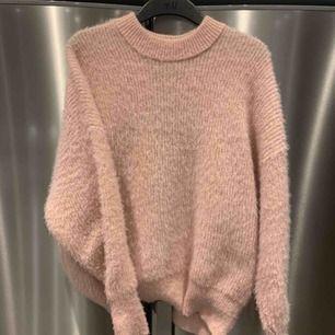 """Ljusrosa """"stickad"""" tröja från Gina Tricot. Nypris 349kr, frakt 65kr. Superfint skick och endast använd enstaka gånger."""