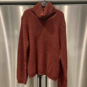 Vinröd stickad tröja från NAKD. Nypris 299kr, frakt 65kr. Fint skick förutom att den blivit lite knottrig i tvätten, därav de låga priset.