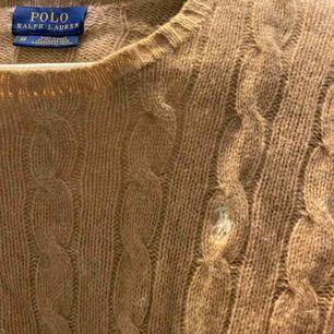 Kabelstickad tröja från Ralph lauren. Väl använd men i bra skick. Frakt tillkommer på 55kr