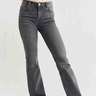 grå flare-jeans från mango!