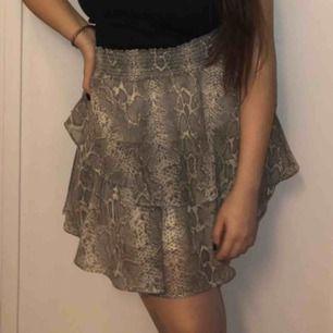 skitsnygg kjol med orm detaljer och jag har använt den tre gånger och använder inte den mer eftersom att jag har andra kläder jag använder mer, skitsnygg är den. tycker att man ska köpa den. Det är värt att köpa den. Köparen får stå för frakten.❤️