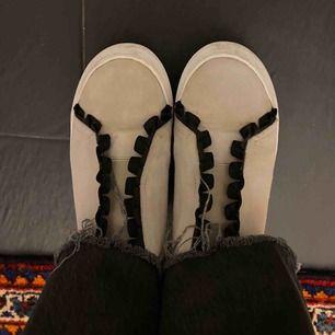 Säljer finaste K.Cobler skorna!! Använda endast ett par gånger, väldigt bra skick.  Kan tänka mig sänka priset! Möts HELST upp i centrala Stockholm!! Annars fraktar jag men då står köparen för frakten <33 (De kmr absolut rengöras vid köp av skon)