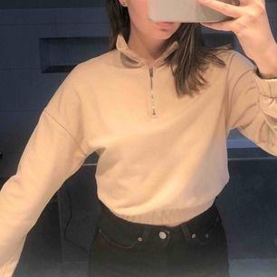 🦋🦋jättefin sweatshirt från gina! Bara använd typ 2 gånger. Färgen liknar mest andra bilden. Pris är inkl frakt🦋🦋