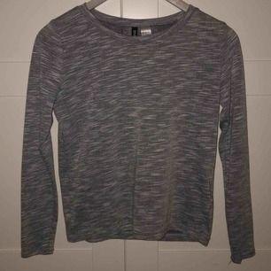Gråmelerad, väldigt skön tröja! Jag har inte använt den mycket så den är i bra skick. Frakt är inräknat i priset. Skriv för fler bilder!