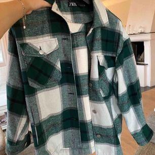 Grön jacka från Zara i storlek L alltså lite oversized, köpt för cirka 620 kr i London. Fast pris så först till kvarn.Inte min bild men skriv privat så kan jag skicka fler bilder. Kan dela på frakten vid snabb affär🥰