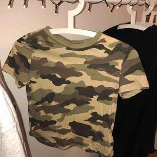 Super söt tröja från H&M med camouflage mönster. Det är en XS men känns lite mer som en XXS då den är rätt så tajt enligt min åsikt. Knappt använd! Frakt endast och då står köparen för fraktavgiften.