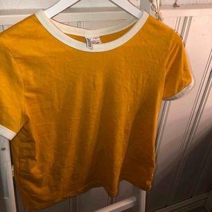 Jag säljer denna härliga somriga tröjan eftersom jag inte har någon användning av! Väldigt oanvänd och skön💛