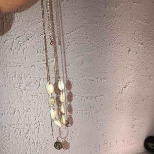 Säljer detta halsband som jag köpte i somras! Det är ett Snäck halsband med en guldkedja som sitter ihop!🥰