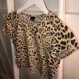 Jag säljer denna leopard topp från Gina Tricot då jag inte använder den så mycket! Jag köpte den i Göteborg och den sitter jättefint och är super skön🤩