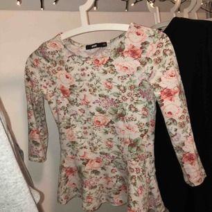 Super söt tröja i blommig mönster med volanger från bik bok! Bra skick, tycker även att tröjan är fin att vara instoppad i byxor så volangerna inte syns :) fraktar endast och då står köparen för fraktavgiften!🥰