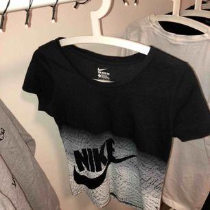 En jättefin och bekväm tröja från Nike, perfekt till träning :), storlek är 146-152, mer som en xs. En personlig favorit! Tyget är väldigt mjukt där uppe och nedan är det som ett tryck. Fraktar endast och då står köparen för fraktavgiften🥰
