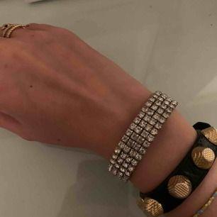 Super coolt armband!! Aldrig använt! Super skick! Alla diamanter kvar!