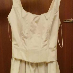 Hjälper väninnan att sälja sin Brudklänning. Stl 32-34.  Otroligt elegant i sitt utförande. Snörningen i ryggen är fast, man tar på och av den med dragkedjan i sidan. Finns en underbar