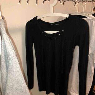 Sjukt fin, bekväm, söt tröja med snörning från Esmara! Personlig favorit, jätte skönt material och går att styla på många olika sätt! Fraktar endast och då står köparen för fraktavgiften🥰