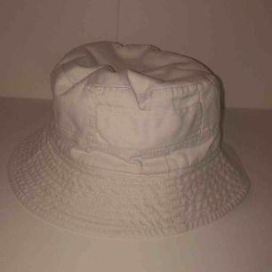 Fiskehatt köpt second hand för 129kr. Frakten är gratis. Hatten är tvättad och efter det helt oanvänd. 💞