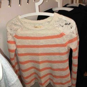 Super fin stickad tröja från hollister med vita spetsdetaljer på axlarna som gör den finare än vad den redan är. Personlig favorit! Bekväm och söt. Fraktar endast och då står köparen för fraktavgiften🥰