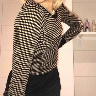 utsåld och superpopulär tröja från Zara. guldaktig(??), vinröd och svart. Frakt är inkluderat i priset!