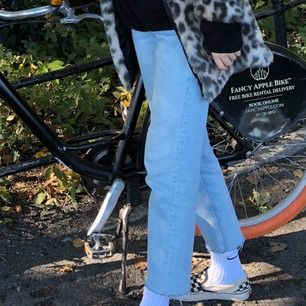 (Strl 34 som XS/S, inte W) de mest PERFEKTA jeansen till våren i jättefin ljusblå tvätt. absolut skönaste paret. tyvärr blivit alldeles för små för mig därav säljer jag. jag är 172 cm lång <3 frakt är inkluderat i priset!