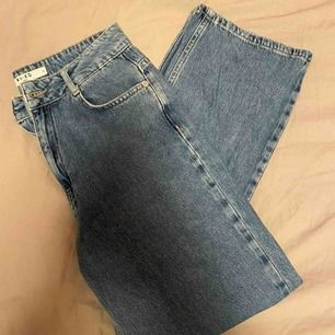Ett utav mina snyggaste byxor! Högmidjade wide leg jeans från NAKD 🤩🤩 Sparsamt använda pga att de är för små för mig :(