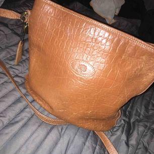 Fin handväska 👜 liknar bucket design. Gjord i äkta brun skinn, fins skick. Kan stängas med dragkedja. Har inner fack.