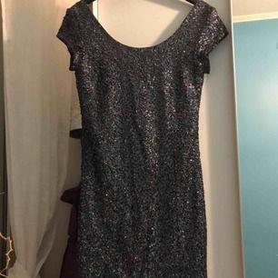 Säljer min klänning från Hm stolen 36. Jätte fin klänning tajt i hela vägen sitter jätte fin på kroppen och man får fina kurvor. Den har små paljetter men jätte skön inne. Fel storlek därför säljer jag denna. Pris kan diskuteras💕