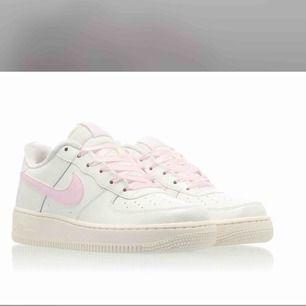 Jätte snygga Nike Air Force 1!!! Köpta för 1100kr! Dom är rätt slitna så därav priset. Möter upp i Stockholm men kan även frakta! Storleken är 38,5!