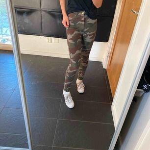 Jättesnygga high waisted camoflauge jeans, skulle säga att dem är mer en storlek 32, haft i ett halvår men är gott som ny. Har tyvärr tröttnat på dem, priset går att diskuteras😆😆