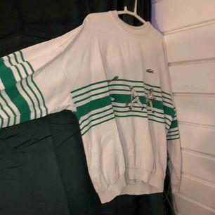 Jättehärlig old school Lacoste tröja! Passformen är lite oversized men passar de allra flesta beroende på hur man vill att den sitter. Skriv för bättre bilder! Frakt betalas av köparen!💕