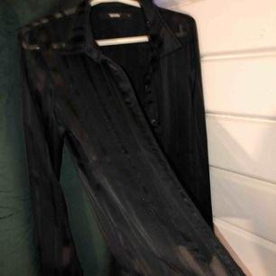 Skjorta från bikbok i mesh material med silversömmar! Använd 1 gång ett nyår så i fint skick! Frakt betalas av köparen!
