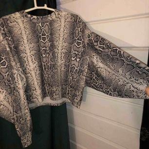 Härlig tröja i ormskinnsmönster med ballongärmar. Från bershka, väldigt fin passform! Frakt betalas av köparen!💕