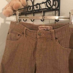 Marlboro Classic byxor/jeans liknande i storlek 28! Dock lite stora för storleken så skulle säga dom passar M. Även stretchigt material :) 💕 Sitter riktigt snyggt på också !