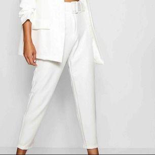Vita kostymbyxor med tillhörande skärp till💞