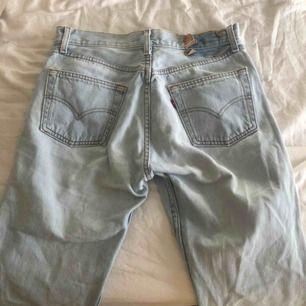 Blåa vintage jeans från Levis med raka ben 🌾 köpta secondhand ⭐️ köparen står för frakten 🖤