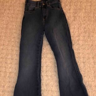 Dr. Denim bootcut jeans från Salt, Stockholm. Använda 1 gång så dom är som nya. Ganska små i storleken men det är lätt att töja ut. 500-600kr i butik.
