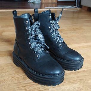 Säljer pga för små, har pimpat de och rustat upp dem lite. Vanliga svarta skosnören kan medfölja om så önskas. Tror de är små 39or, snarare 38or.