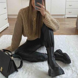 Mindy PU trousers från Ginatricot. Prislapp på. Köparen står för frakt.