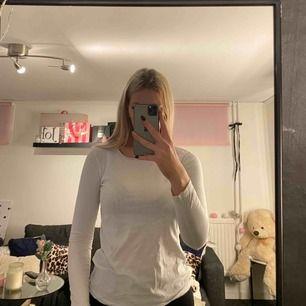 En vit långärmad som är för liten o därför ligger den bara i garderoben.