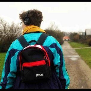 En riktig ball ryggsäck i mörkblått och rött samt vitt! Väskan kommer ifrån Fila, köpt på UO, använd 3-4 gånger och är i nyskick! Den är i miniatyr storlek så mindre än vanlig ryggsäck och passar även barn 🥰